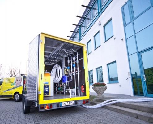 Anschluss-Situation im realen Einsatz. Ein 2 1/2-Zoll Vor- und Rücklauf wird angeschlossen und versorgt das Gebäude mit Heizungswasser. Weiterhin kann mittels eines 1 1/2-Zoll Wasseranschlusses Trinkwasser erwärmt werden.